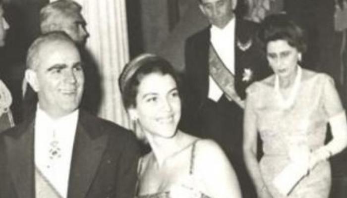 «Σκάσε Αμαλία»: Η μέρα που ένα ανοιχτό μικρόφωνο πρόδωσε την ατάκα του Καραμανλή στην καλλονή σύζυγό του