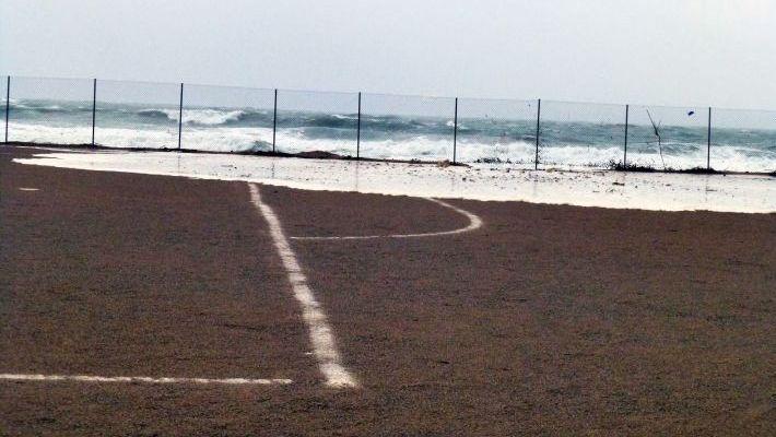 Μπαίνει η θάλασσα μέσα: Το κορυφαίο γήπεδο στην Ελλάδα που τα ball boys χρειάζονται βατραχοπέδιλα (Pics)