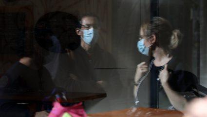 Διπλή μάσκα: Ως 80% η προστασία – Ο σωστός τρόπος να τη φοράμε
