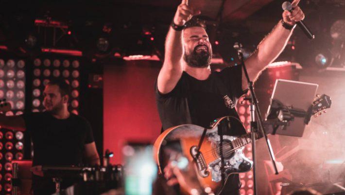 Όπως ο Παντελίδης: 5 αυτοδημιούργητοι Έλληνες τραγουδιστές που εμφανίστηκαν από το πουθενά και σαρώνουν