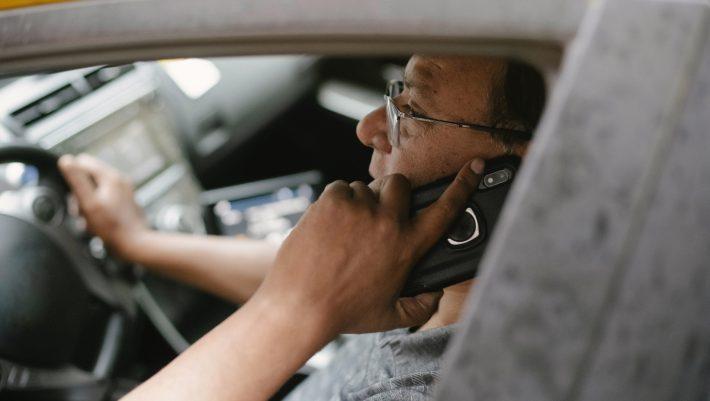 1 στους 10 βλέπει βίντεο όταν οδηγάει: Ανησυχητικά στοιχεία για τους Έλληνες οδηγούς