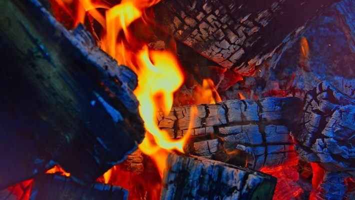 Η εξήγηση του θαύματος: Ο απλός λόγος που δεν καίγονται οι αναστενάρηδες στα πυρακτωμένα κάρβουνα