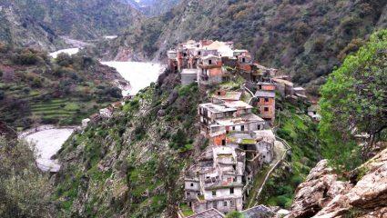 Σπίτια αγκαλιά με τον γκρεμό: Το ελληνικό χωριό της Ιταλίας με την γκρεκάνικη γλώσσα που δεν καταλαβαίνει κανείς