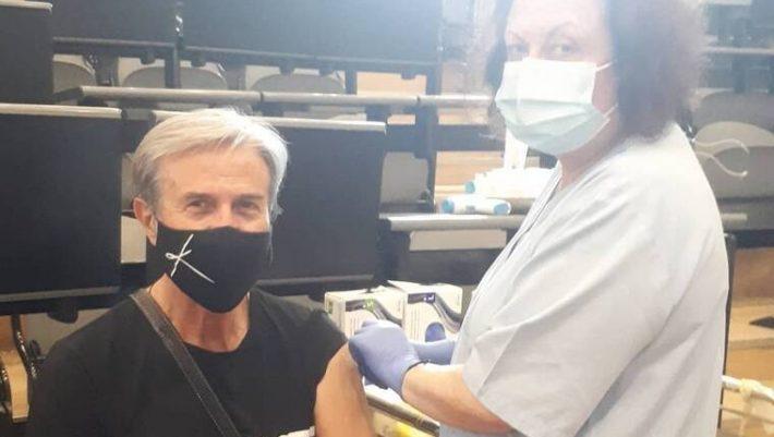 «Ναι, αλλά ο Τάκης Χρυσικάκος που έκανε και τις 2 δόσεις του εμβολίου είναι στο νοσοκομείο...»