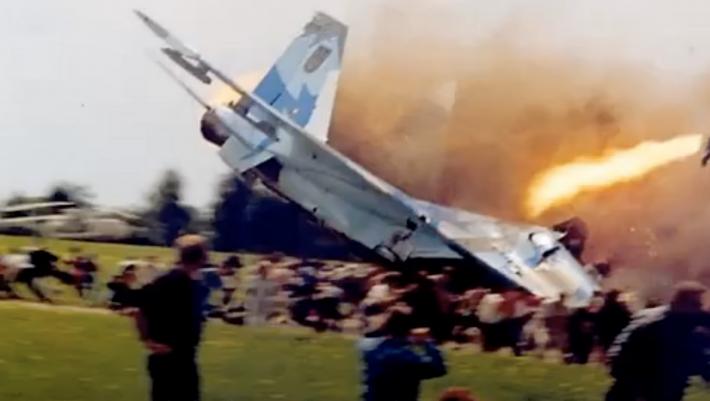 «Καρφώθηκε σε πλήθος 10.000 ατόμων»: Το «γεράκι» που θέρισε 77 ανθρώπους στο πιο αιματηρό αεροπορικό σόου (Vid)