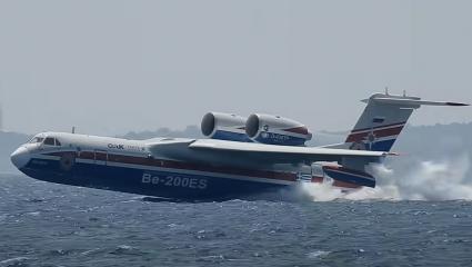 Πέρα απ' τα όρια: Το Beriev Be-200 πέφτει στη θάλασσα και το νερό σχίζεται στα δυο (Vid)