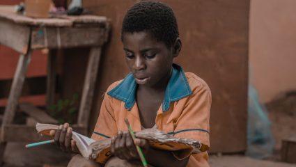 «Οι χώρες που κινδυνεύουν έχουν ελάχιστο μερίδιο ευθύνης»: Υποθηκεύτηκαν οι ζωές 2 δισεκατομμυρίων παιδιών