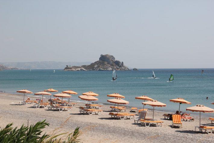 Το ελληνικό Μονακό: Στο νησί -όνειρο με το φθηνότερο Airbnb βρίσκεις δωμάτιο με πισίνα στα 35 ευρώ το βράδυ