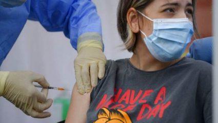 Τα νέα προνόμια που δίνει η κυβέρνηση για να εμβολιαστούν οι νέοι
