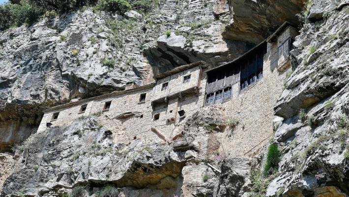 Μέσα σε βράχο, πάνω από άγριο γκρεμό: Το αρχιτεκτονικό κομψοτέχνημα της Ηπείρου που η θέα του προκαλεί σοκ και δέος (Pics)