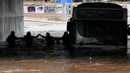 Δεν τα φοβίζουν οι πλημμύρες: Αυτά είναι τα νέα αμφίβια λεωφορεία του ΟΑΣΑ που κυκλοφορούν και με 2 μέτρα νερό (Pics)